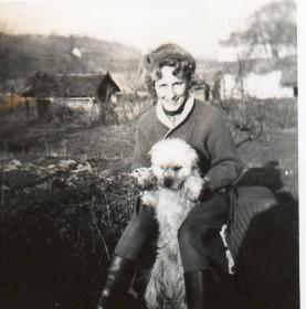 1958-tarhassal-kiscsizmaban-gy-papa-lovaglonadragjaban-sapkajaban